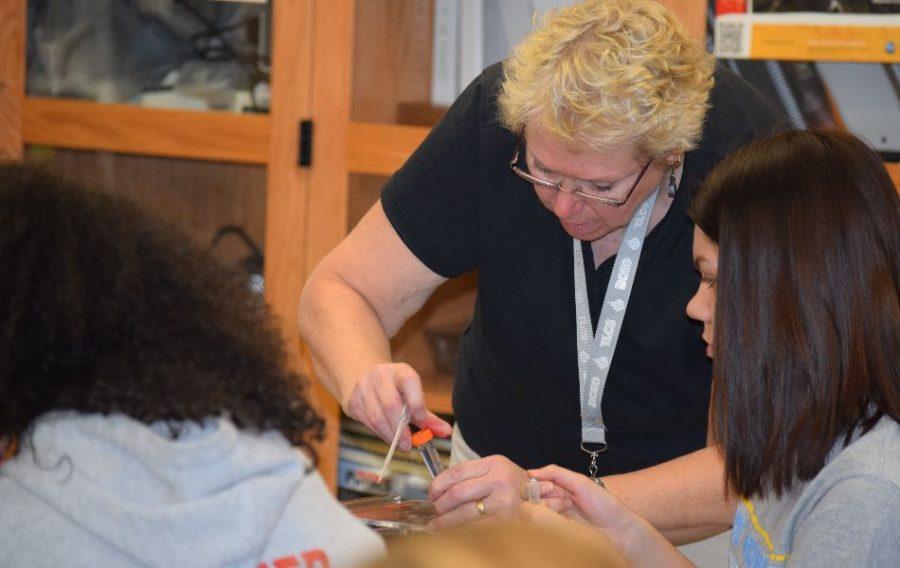Mrs. Lietz is helping a student analyze their DNA.