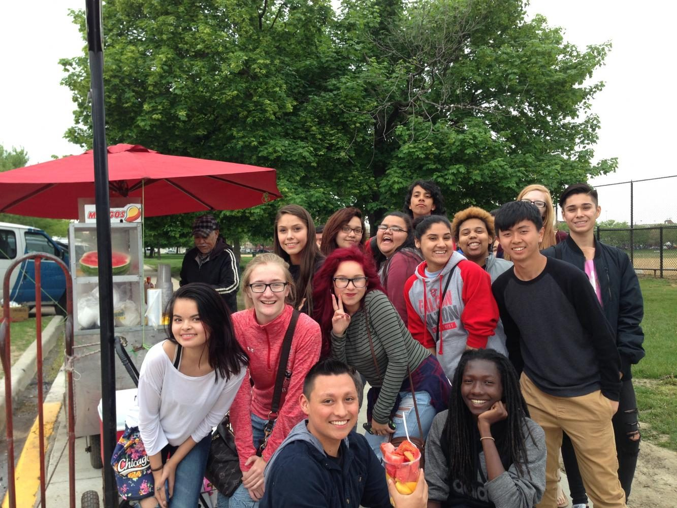 Spanish+Club+takes+a+break+at+a+fruit+stand+on+their+2016+Chicago+trip.