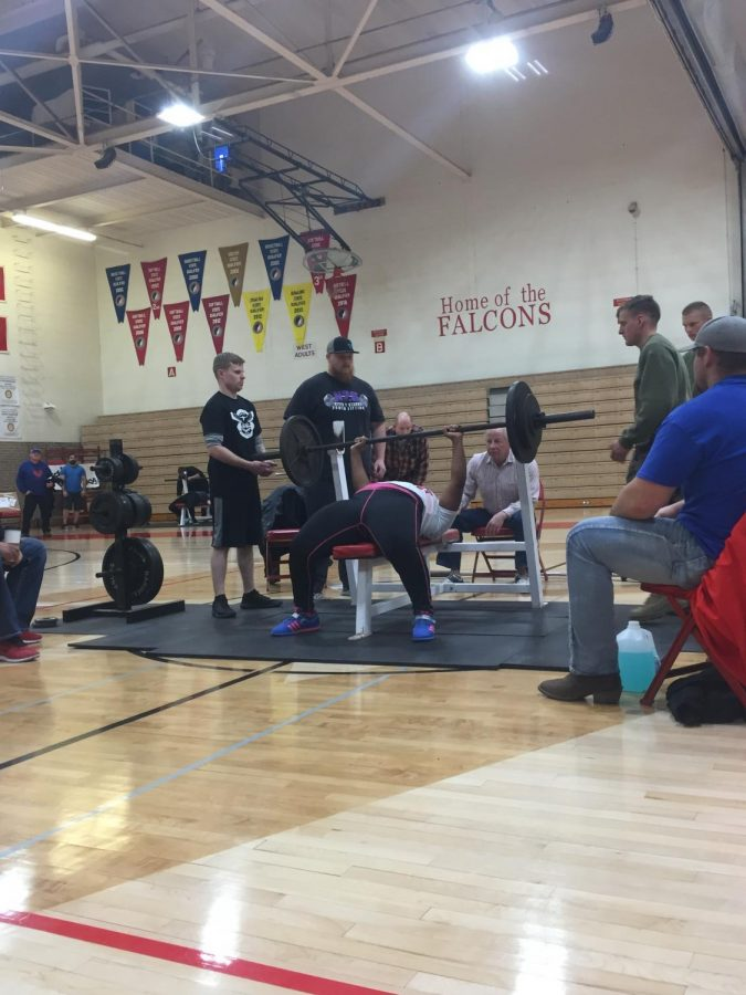 Kaylin Buckley benches her first set of the competition